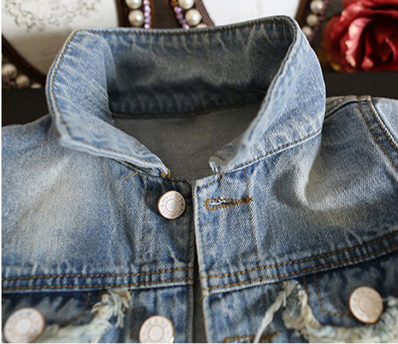 Col de la veste denim bleu clair pour fille enfant