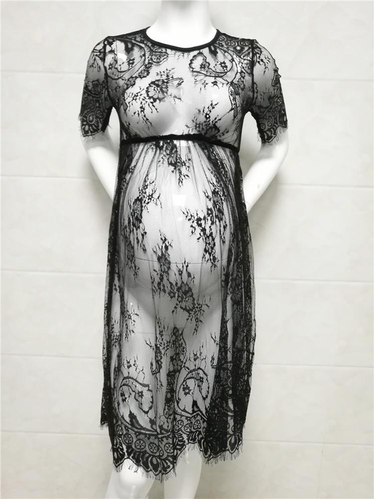 Vue de face de la robe dentelles noires pour femme enceinte