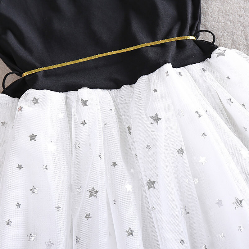 Robe côté dos en détail - Étoiles en argent sur la robe blanche