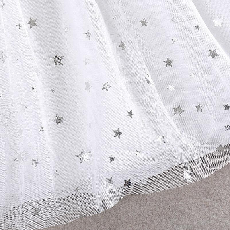 Motifs étoiles en argent sur la robe fille