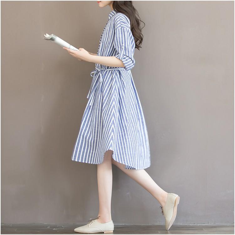 Jolie robe bleue à rayures blanches - Vue de profil - Robe de grossesse
