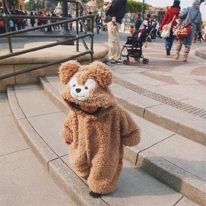 Costume d'ours pour bébé à l'extérieur