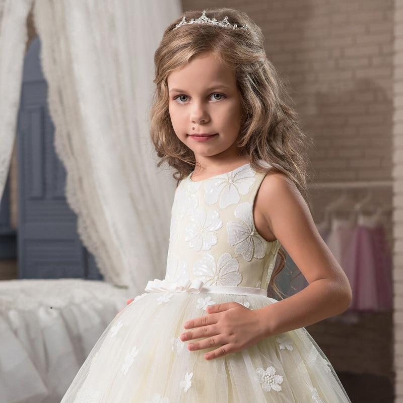 Détail de la robe blanche, longue, pour demoiselle d'honneur