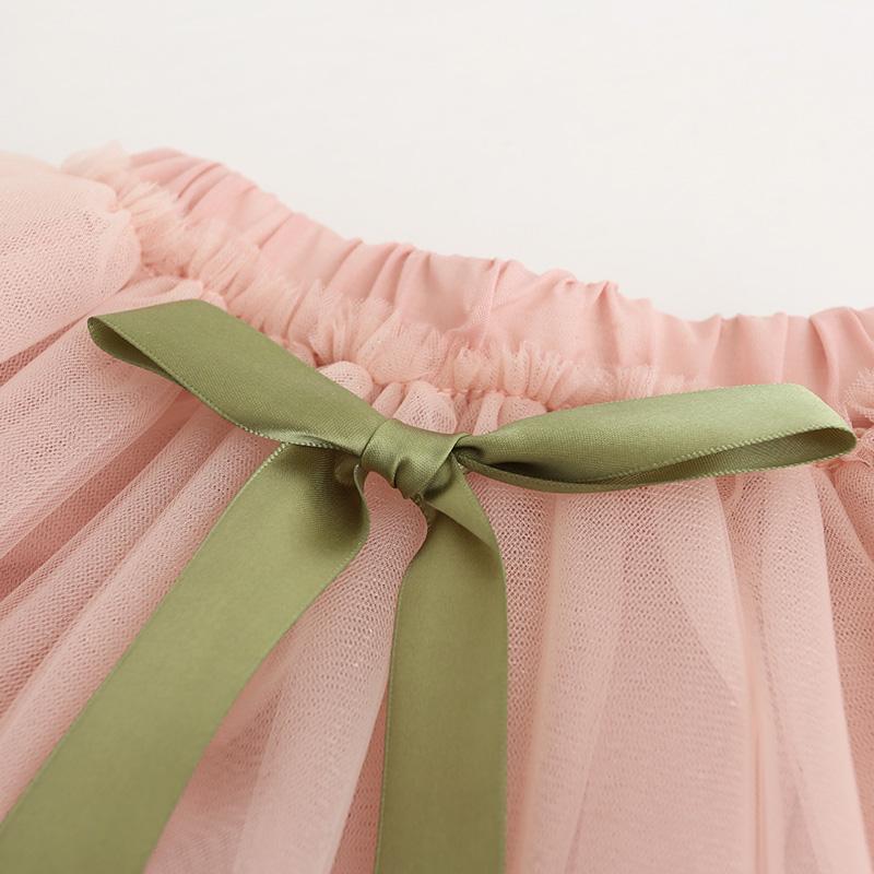 Détails de la robe avec son nœud autour de la taille